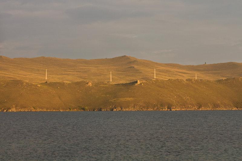 Первая стоянка в 4 км от старта, от МРС. С корабля на пирсе сказали о шторме в открытом Байкале, да и на часах уже вечер, потому решил ночевать в одном из заливов острова.