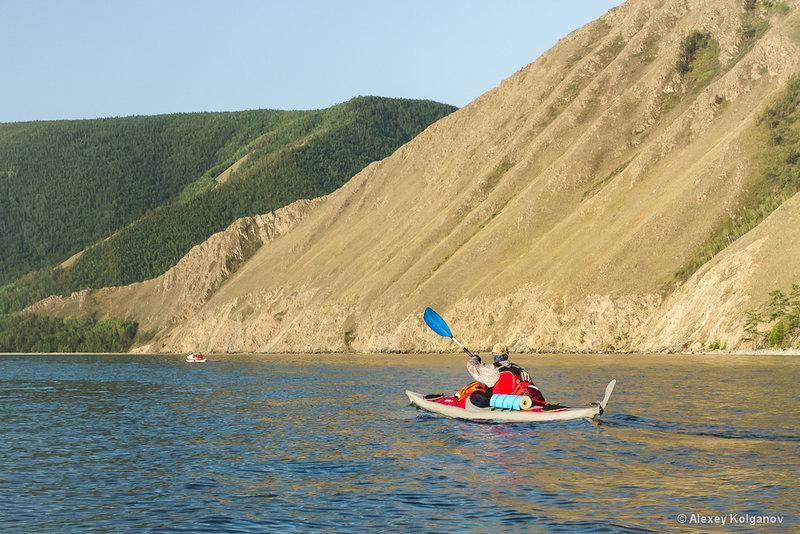 По пути много зимух, почти в каждом распадке. Отыскали в скалах глубокий грот, куда с легкостью зашли две лодки.