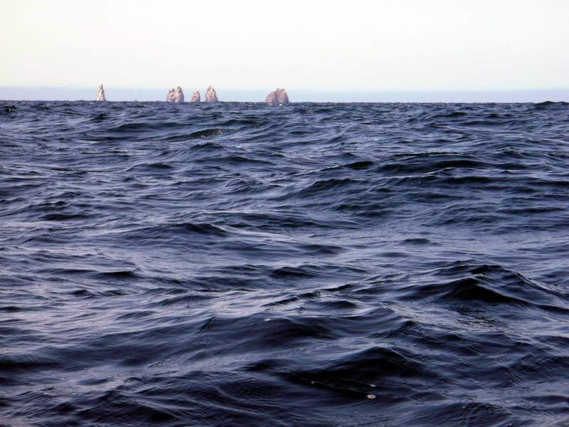 Кекуры Пять Пальцев. Море холмистое, но на снимке трудно показать размер волн.