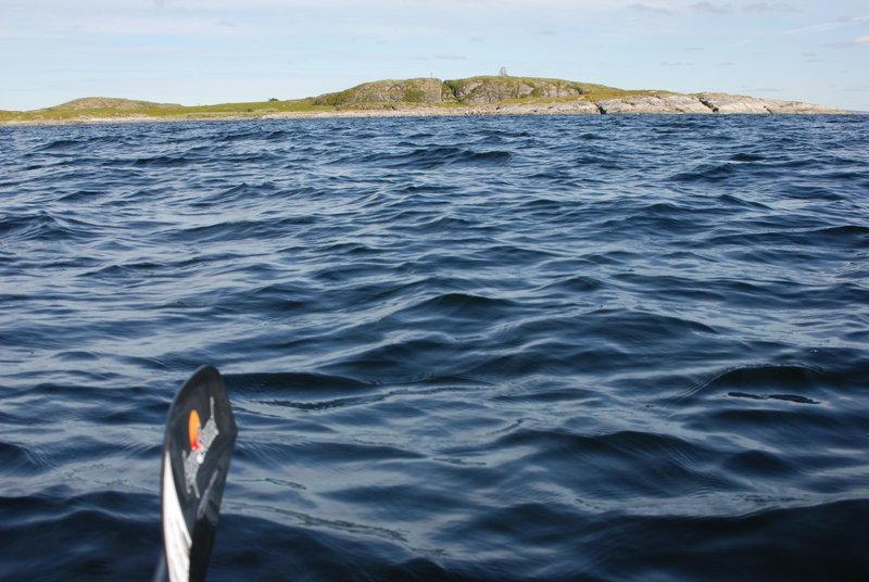 Где-тооколо 15:30 мы миновали остров Большой Седловатый.А это конецзаповедника. Длинный мыс (мыс Педунов) за этим островом уже открыт дляпосещения. Однако мы так разогнались, что об остановке никто даже не думает! Мыцелимся на виднеющийся вдали мыс Кочинный и идём на него.16:00.Причалили к мысу Кочинный. Сделали перекус, развели костёр на литорали. Потомнаблюдали, как поднимающаяся вода его затапливает. Осматриваемся. Имеемнебольшой возвышенный мысок с уютной тундрой на нём, прекрасным видом на море,уютной бухтой для купания и неограниченными возможностями для прогулок. Погодаотличная!