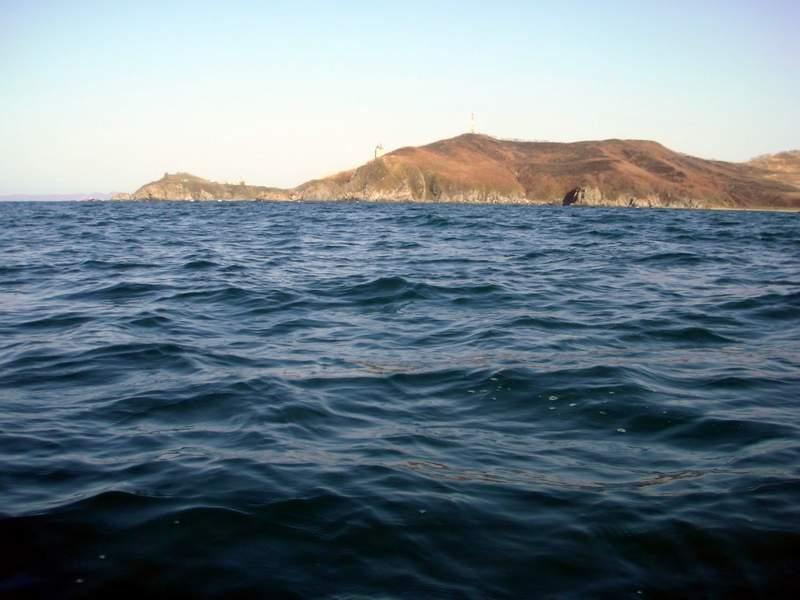 Впереди мыс Гембачева, за которым находится поселок Анна. Начинает слегка дуть, море раскачивается...
