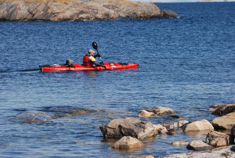 Девушкиотправляются искать озеро, которое есть на карте недалеко от морского берега. Те,кто остался с лодками валяются на прибрежных скалах среди остатков перекуса илибродят по тундре.