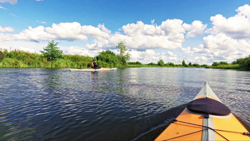 Вот мы и в русле реки Сезёма. Когда-то Сезёма была полноценной рекой. Но после образования Костромского водохранилища от неё осталась только вот такая протока между волжским берегом и островом Сезёмский.