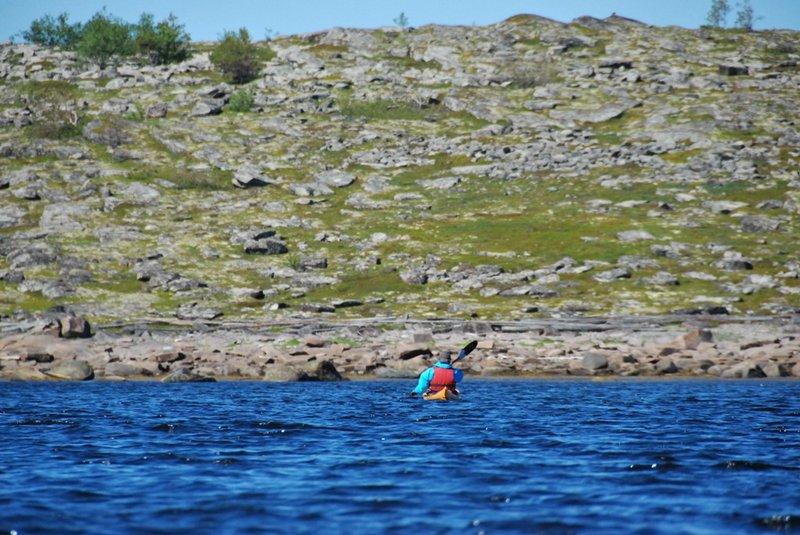 Из всей группы островов наиболее уютным кажется островной Избной. Плывём вдоль него.