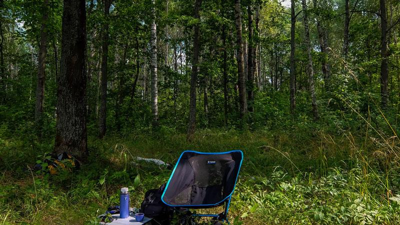 Испытал на этом самом месте один напряжный момент. Сижу я на раскладном стульчике в диком пустынном лесу, уплетаю рисовую лапшу. И вдруг возникает какой-то нарастающий звук, который я даже не могу хоть как-то идентифицировать. Подумалось - может меня окружает бегущая на всех парах толпа медведей? Вскакиваю, оглядываюсь. Выдыхаю. Не сразу, но понял - усилившийся ветер, который шел по верхам деревьев, потревожил дубы, которых здесь очень много, и на землю просыпалось большое количество желудей. И эта волна падений прошлась как раз по моей поляне. Хорошая возможность постичь дзэн.
