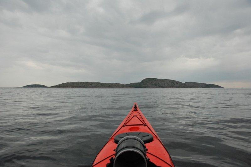 Точнее на пролив между островами Вороньими и Немецким Кузовом.