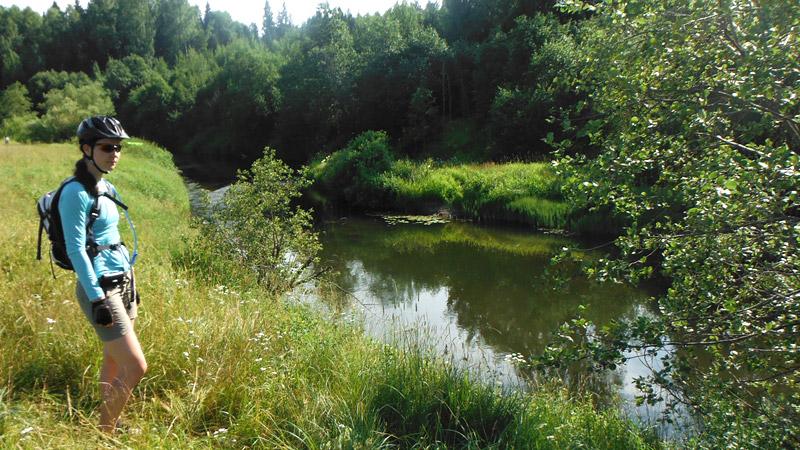 Обследование реки показало, что она вполне годится для сплава. Были найдены места с удобным спуском к воде. Решено – сплаву быть, хотя наши сияки, пожалуй, не самое подходящее средство для сплава именно по таким рекам. На 5-и с небольшим метрах не так уж и просто крутиться, как выяснилось, на узких участках.