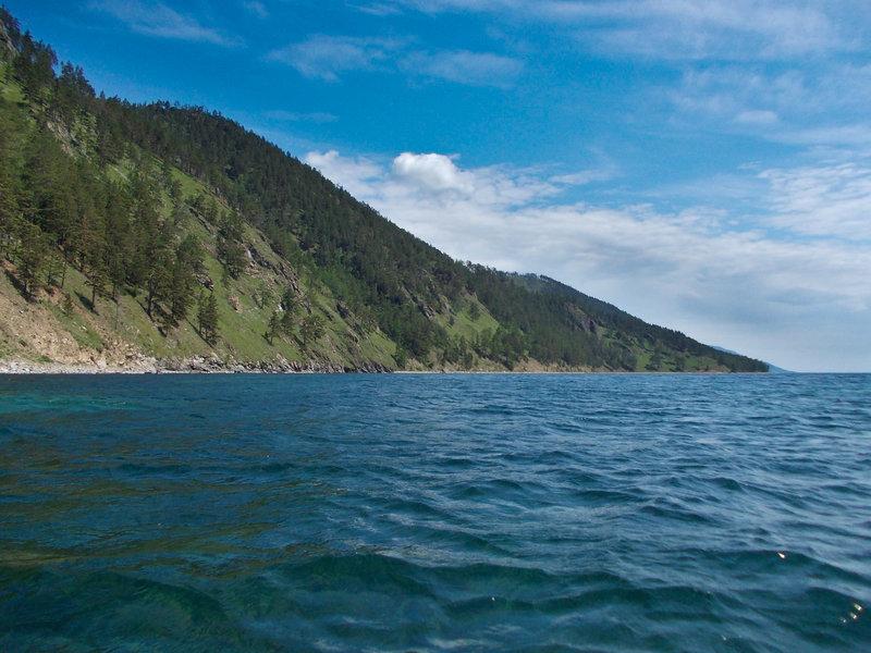 Несмотря на близость к населёнке, из-за крутизны склонов эти берега достаточно дикие. Пешеходная тропа, чтобы обойти это место, делает большой крюк через перевал, наматывая несколько лишних километров. Именно в таких местах понимаешь все превосходство морского пути.