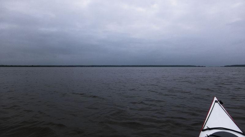 Погодные условия и окружающий ландшафт погрузили меня в совершенную эстетику минимализма. Да, вот так – ничего лишнего ни на воде, ни на небе. Благородная аскеза мировосприятия.