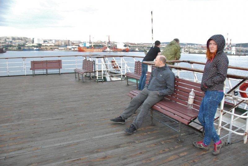 Но продлилось оно не долго. Спустя буквально 20 минут «Еланская» вновь повернула к берегу, а точнее к Мурманскому морскому вокзалу. Рядом стоит атомный ледокол-музей «Ленин».
