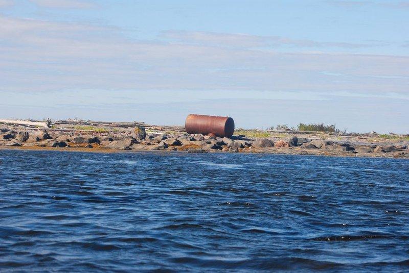 Из-за водорослей и мелководья постоянно приходится поднимать руль. При этом ветер с берега уже усилился настолько, что лодка с поднятым рулём становится абсолютно неуправляемой. Выхожу на открытую воду, опускаю руль. Однако счастье не наступило. Только сейчас я осознал, что ветер усилился так, что стало даже немного страшно. Ветер давит, дёргает за весло.   12:09. Спешно причалил к острову Зелёные Луды, вылез и замерил скорость ветра. Средняя получилась 7.5 м/с, порывы до 9.2 м/с.