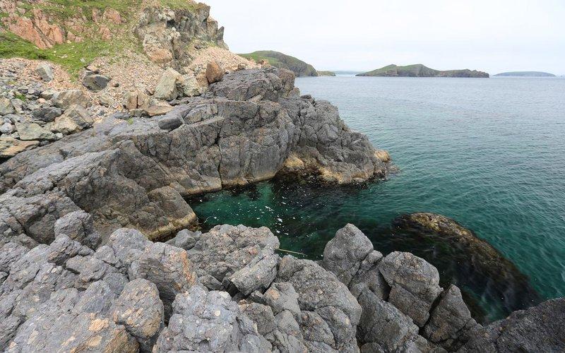 Камни одного вида вплавлены в камни другого. Какая-то вулканическая деятельность.