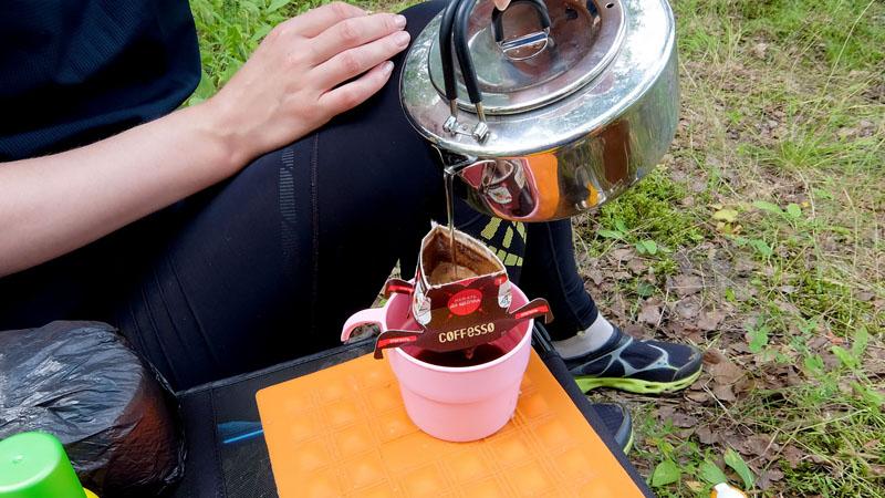 И завершающий аккорд – кофе. Не люблю каких бы то ни было зависимостей – они нас делают уязвимыми, они нас ослабляют. Но выпить свежеприготовленный кофе (не растворимый!) на природе – это для меня бесценно. Хотя, разумеется, спокойно могу пережить долгое отсутствие кофе.