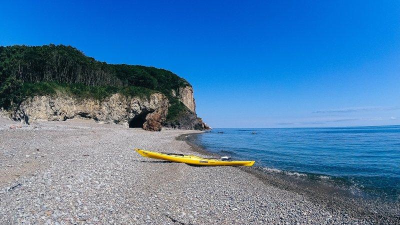 Это галечный пляж