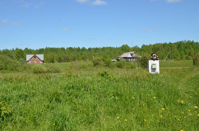 Вот этим медведем =) Деревня похоже нежилая, но по крайней мере посещаемая.