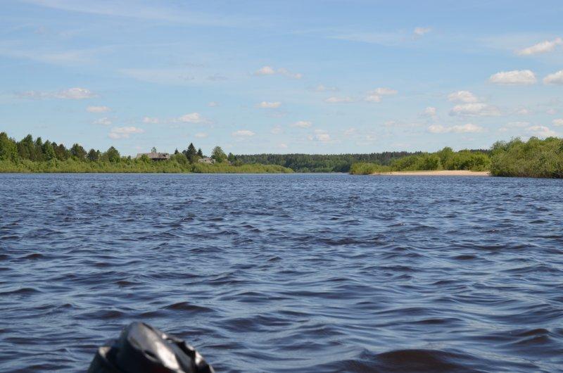 Пляж на впадении реки Толшма. Но вода еще прохладная.