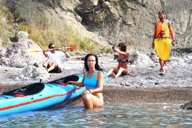 В бухте Инжир (пляж Инжир дальний) . Покатушки на каяках, инструктаж.