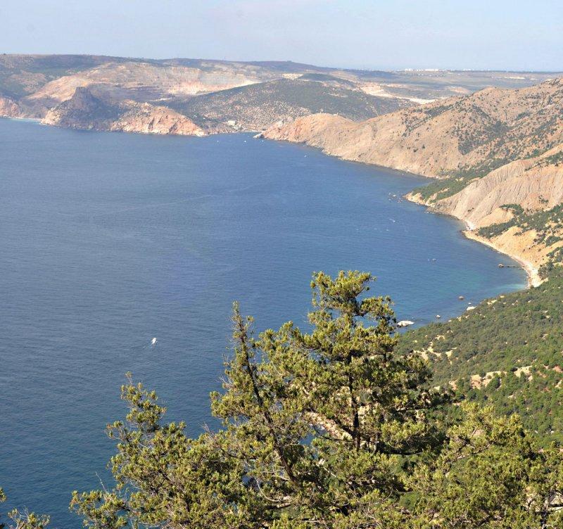Поход по Севастопольской тропе (тропа из Балаклавы в Ласпийскую бухту) Бухта Инжир, вид на вход в Балаклавскую бухту и мыс Кая-Баши .