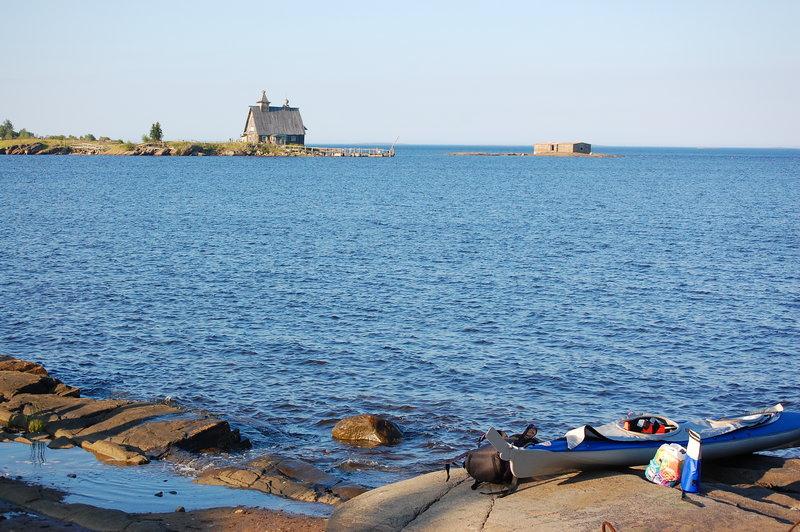 Стартовать в часы прилива можно прямо с камней у берега.