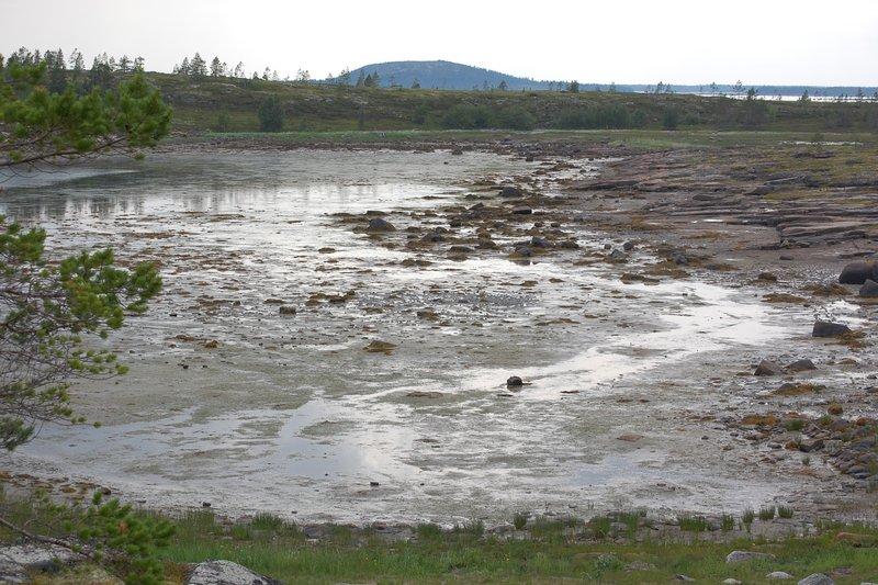 Осушка в отлив местами достигает нескольких сот метров. Если неправильно расчитать время можно тащить лодку и снарягу до берега на себе...