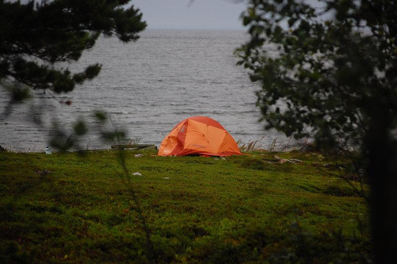 К вечеру разбил лагерь на Седельном, с юго-восточной стороны, рядом с осыхающей бухтой. На противоположной её стороне почти развалившаяся хибара, отмеченная на карте как «изба».