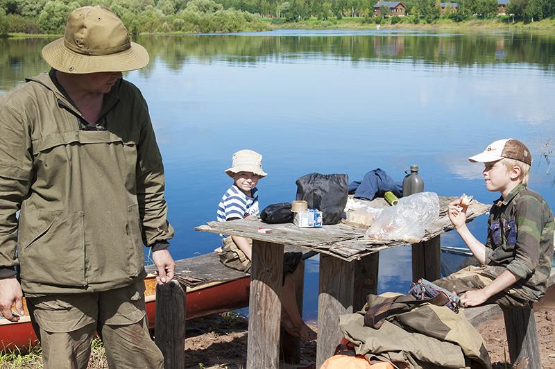 Остановка, легкий перекус на  рыбачьем стойбище и снова в путь.