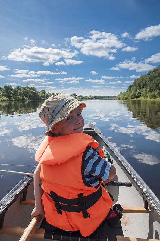 Глеб азартный рыбак. Как и  положено настоящему рыбаку у него есть своя удочка и набор блесен, которые он  тащит на леске за лодкой и иногда ловит приличных щук. Но не в этот раз.