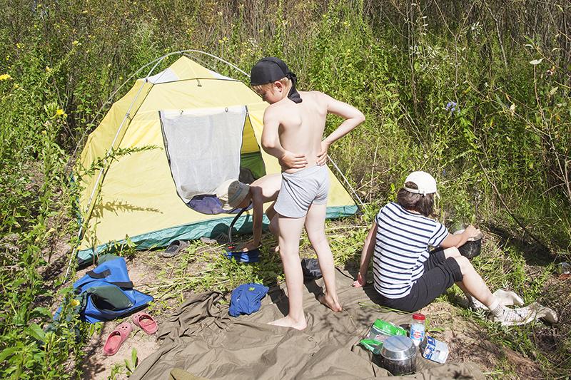 На стоянке все строго, без баловства, каждый занят своим ответственным делом. Ребята ставят палатку и накачивают походную кровать, мама готовит обед, я зорко за всеми слежу.