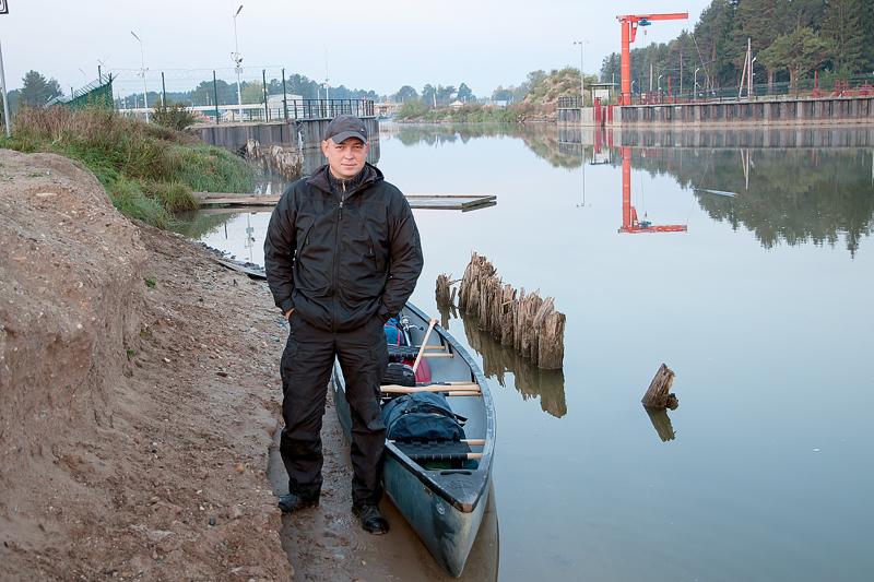 Дни командировки пролетели незаметно, и вот уже я стою у Топорнинского шлюза, начала канала и моего пути.   Заранее вписал своего коллегу в страховку на машину, что бы он меня привез в д. Топорня и спустя 2 дня или через 70 км забрал на Кубенском озере.