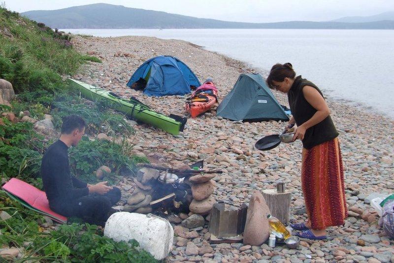 Первый лагерь на о.Наумова. Готовим ужин из добытых только что гребешков.