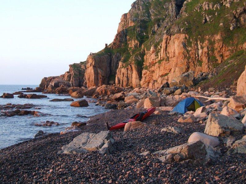 После восхода я очень не спеша собрался и отправился дальше. Прошел до конца архипелага вдоль скалистой, обращенной к открытому морю стороны островов. По дороге заходил в гроты и арки, во все бухты. Часто высаживался на берег и купался. Погода была отличная, море спокойное.