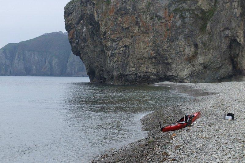 Дальше по заповеднику собирался идти медленно,много фотографировать, просто кайфовать. На этот раз не получилось. Пока я отдыхал на берегу, погода начала быстро портиться. Задул сильный ветер с моря. Поднялась волна. Направление волны было сбоку и чуть сзади к моему курсу. Продвижение вперед волны не особо тормозили, но стало сложнее сохранять положение гребца сверху лодки. С воды фотографировать уже не получалось. После того, как я пару раз чуть не кильнулся попав под гребень, вообще очень захотелось все вещи закрепленные на деке, включая фотоаппарат в герме, убрать пониже внутрь лодки от греха подальше, чтобы не смыло. Для этого зашел в бухту Среднюю, чтобы под прикрытием мыса вылезти и перепаковаться. Дальше всю дорогу по заповеднику смотреть приходилось не на красоты, а внимательно на волны вокруг. Дошел до бухты Спасения, дальше в этот день решил не идти.