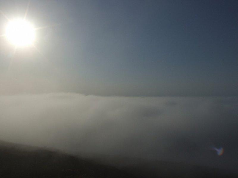 На следующий день погода была лучше. Над всем островом было пятно свободного неба, хотя вокруг на море туман оставался. Мы решили все вместе забраться наверх, посмотреть маяк на южной стороне острова.