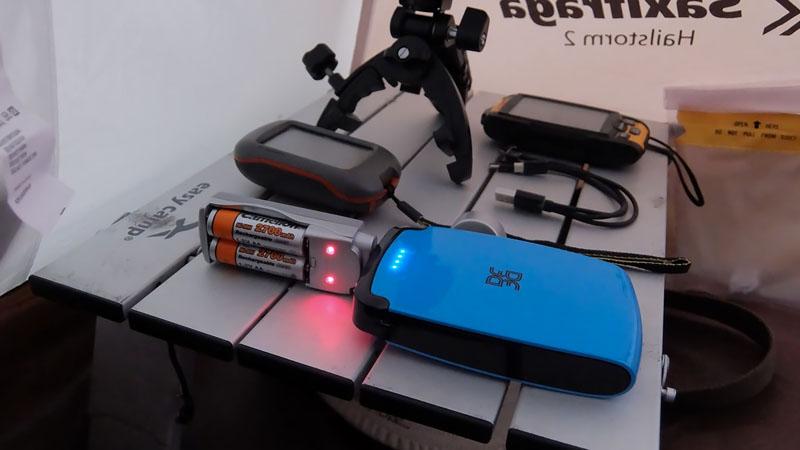 Пора подзарядить севшие аккумуляторы GPS-навигатора. Одной зарядки в моём случае хватает на 3 ходовых дня с непрерывной работой навигатора днём. Кстати, с большим трудом в И-нете нашёл вот это зарядное устройство для аккумов, работающее от USB-порта, а не от сети.