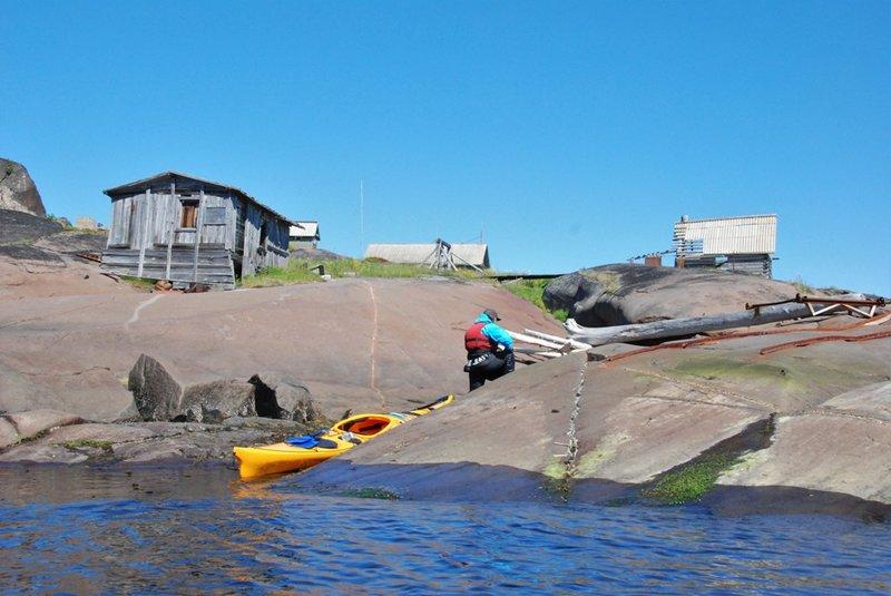 И идём осматривать. К сожалению всё имеет заброшенный вид. Первое, что нам попадается это ворот для вытягивания лодок на берег.