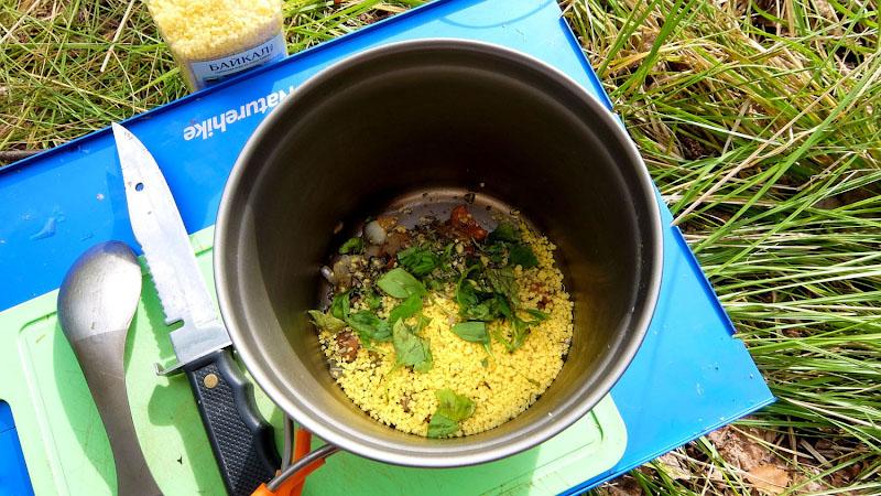 Вот здесь я в пассерованные овощи сыпанул этой крупы, залил кипятком и через пять минут была готова вкусная рассыпчатая каша (варить не надо). Возьмите на заметку, кого достали склизкие овсяные хлопья быстрого приготовления, обычно сдобренные сомнительными добавками.