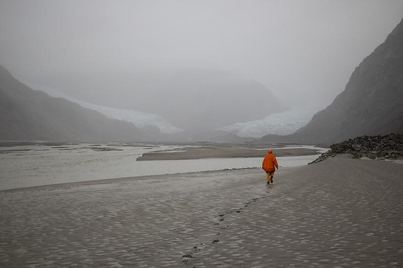 В состоянии ежик в тумане дошли до ледника в конце фьорда - Muir Glacier. Та же картина. Почему то, когда проходишь мимо ручьев, стекающих в залив, иногда пахнет арбузами. А при усилении дождя в тех же местах начинает пахнуть фекалиями. Ну, фекалии понятно, ручьи начинают смывать ил и глину, в них есть сероводород. Но арбузов там точно нет. Кроме фекального запаха можно еще нехило получить по кумполу. Ручьи вымывают крупные голыши со склонов, размером с голову, и все это залпом слетает вниз. Одну минуту это милый водопадик, падающий в залив с высоты пятиэтажного дома, и следующие 10 секунд это уже камнепадик.