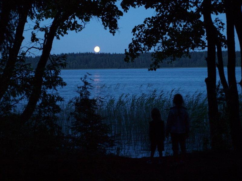 Наблюдаем восход луны над Валдаем, на детей действует лучше любых сказок на ночь.