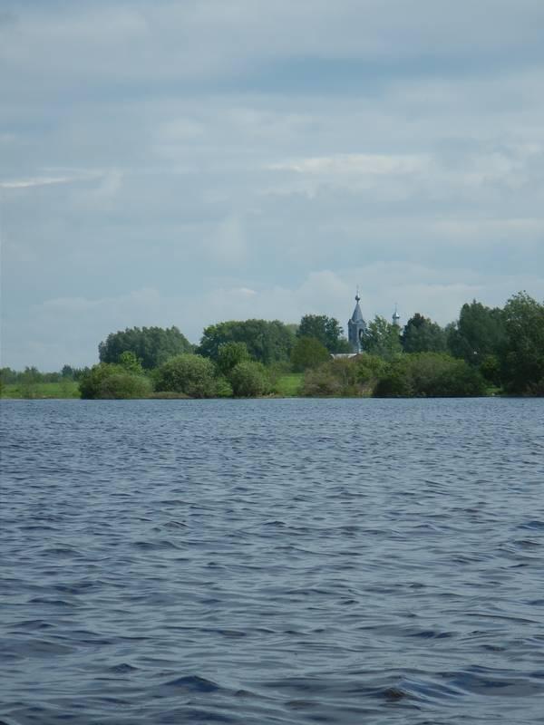 В паре километров вверх по течению, но уже на левом берегу Веряжи находится с.Васильевское с церковью в нем. Рядом известны 2 селища 10 века.