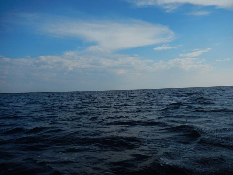 И вот я вышел в озеро.Курс был заранее намечен и выставлен на компасе.Нужно было пройти 12-14 км открытого озера. Берег только впереди, ветер попутный.... но постепенно усиливающийся.