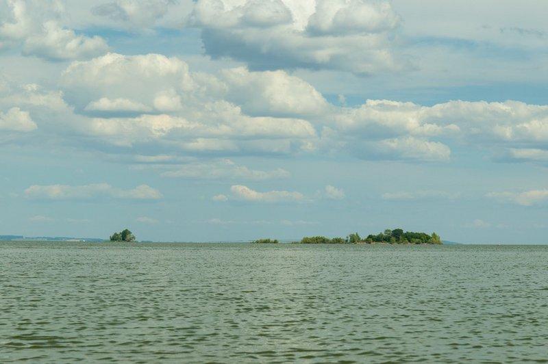 Плывём к маленькому острову, что на фото в левой части.