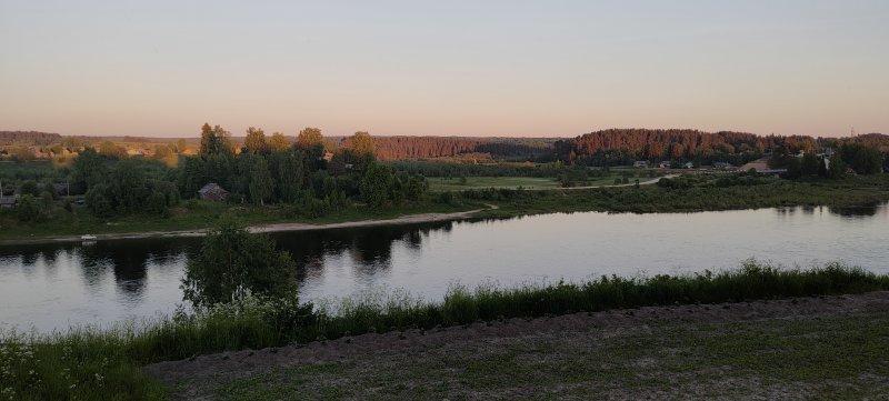 Вид на вечернюю Сухону. Дошел до деревни Сергиевская. Пройдено за день 97 км.