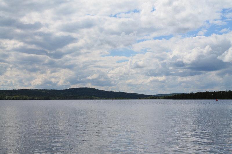 Озеро Кильдинское находится в 7-8 км. от Мурманска, оно относится к бассейну Баренцева моря, связывается с ним через реку Кола. Оно состоит из двух частей соединенных протокой.