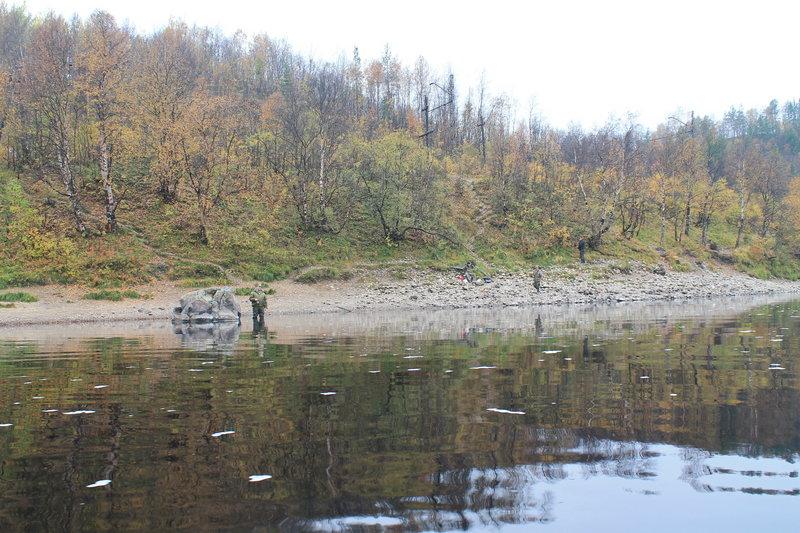 Неотъемлимой частью реки являются местные рыбаки, проплывая как и в предыдущие разы мимо них, всегда интересуюсь как идет клев и всегда слышу один и тот же ответ, что клева нет, они всегда просят меня подогнать веслом к ним рыбу.