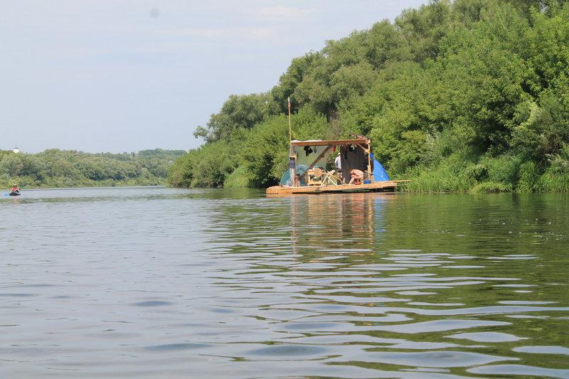 По пути встречаем так же любителей путешествий по реке, каждый находит свое средство передвижения и время препровождения.