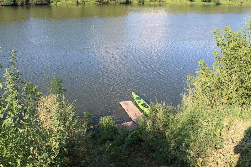 Так ныряя то под правый, то под левый берег реки, мы не заметно миновали деревню Ксизово, проскочили под автомобильным пантонным мостом. Как специально места для стоянок резко исчезли. Мы проплыли еще примерно 5 км. и я обнаружил на правом берегу маленькую пристань. Доплыл до нее, пока Юрий догонял меня сзади, я успел подняться по лестнице вверх и осмотреть поляну.
