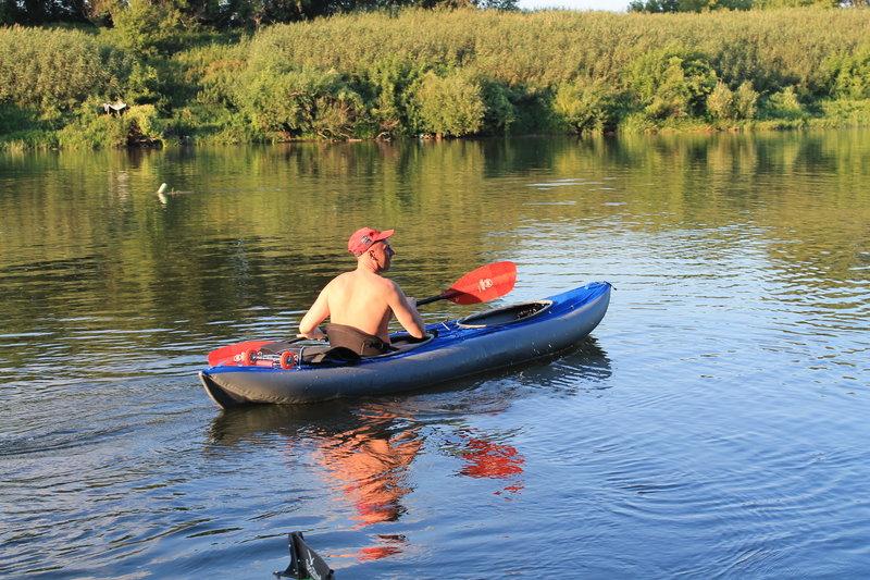 После обеда и купания, были развлечения в виде тестирования Юрия байдарки Викинг. Я не сомневался, что Викинг хорошая лодка, очень вместительная, легкая в управлении и в то же время довольно скоростная лодочка. Он не ошибся сделав свой выбор!