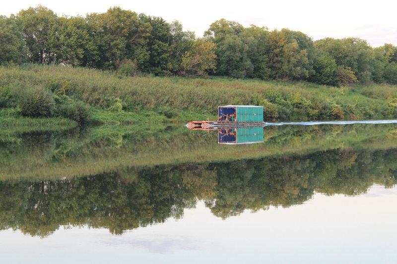 Наблюдали как на всех парах мчит по реке самодельный катамаран. Мы с Юрой пришли к выводу, что скорее всего он несся на помощь к тому плоту, который мы видели раннее. Просто там было такое ветреное место, где стоял плот,что возможно они не смогли выгрести и связались с катамараном. Ну это наши мысли были, а там как на самом деле было не известно.