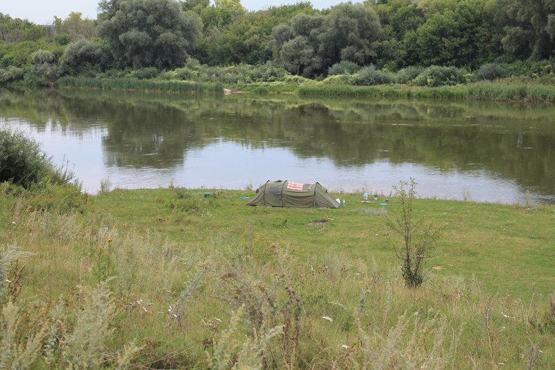 Все наши труды были оправданы красивым местом в селе Хвощеватка. На берегу красивая поляна с отличным видом на реку и село . Мы конечно же не задумываясь остановились.