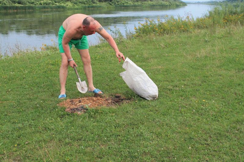 Конечно же первым делом наша экологическая миссия. Уборка территории, сбор мусора, закапывание его или сжигание.